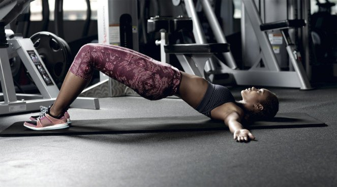 Women in the gym doing a core combos