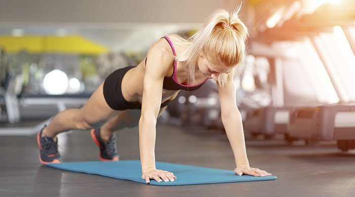 woman doing a 15-minute fat-torching workout in the gym